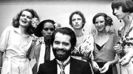 archívnej snímke z 29. novembra 1973 nemecký módny návrhár Karl Lagerfeld pózuje s modelkami v nemeckom meste Krefeld.