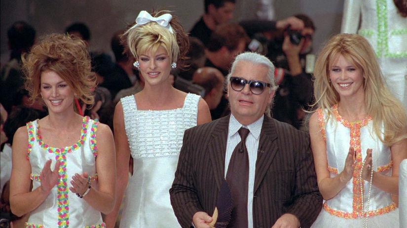 Dizajnér Karl Lagerfeld a topmodelky (zľava)...