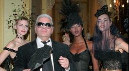 Dizajnér Karl Lagerfeld na zábere z roku 1996 s topmodelkami - zľava: Nadja Auermann, Naomi Campbell a Shalom Harlow počas prehliadky Chanel Haute Couture Jar/Leto 1996.