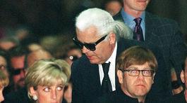 Dizajnér Karl Lagerfeld v roku 1997 prichádza na pohreb Gianniho Versaceho - v popredí princezná Diana a spevák Elton John.