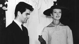 Na archívnej snímke z 30. novembra 1953 nemecký módny návrhár Karl Lagerfeld pózuje s neznámou modelkou v Nemecku. Svetoznámy módny návrhár zomrel vo veku 85 rokov.