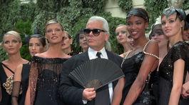 Záber z roku 1996: Dizajnér Karl Lagerfeld a modelky na prehliadke Chanel Haute Couture Jeseň/Zima 1997.
