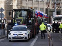 Bratislava Protest Farmári traktor polícia štúrova