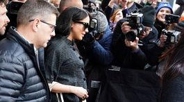 Vojvodkyňa Meghan odchádza z hotelu na Manhattane. V sprievode ochranky a všadeprítomných paparazzov.