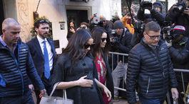 """Vojvodkyňa Meghan (v strede) a jej kamarátka a kolegyňa Abigail Spencer (po jej boku vpravo) odchádzajú z hotela, kde sa konala """"baby-shower"""" párty pred príchodom bábätka."""
