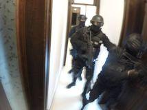 NAKA zadržala exsiskárov Feranca, Forischa a Žiarana pre drogy a ozbrojovanie