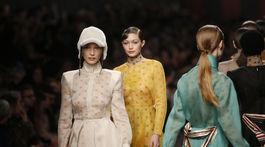 Topmodelky (zľava) Bella Hadid a Gigi Hadid počas prehliadky značky Fendi, poslednej autorskej kolekcie zosnulého dizajnéra Karla Lagerfelda.
