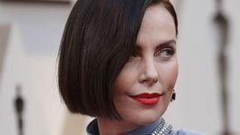 12 najlepších účesov a líčení z Oscarov - Charlize Theron