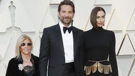 Herec a režisér Bradley Cooper, jeho partnerka Irina Shayk (v šatách Burberry) a mama Gloria Campano.