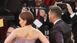 Herečka Emilia Clarke sa pripravuje na televízne interview.