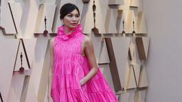 Herečka Gemma Chan v šatách Valentino Haute Couture.