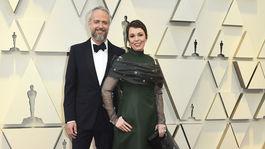 Herečka Olivia Colman prišla na červený koberec v kreácii Prada. Aj s partnerom Edom Sinclairom.