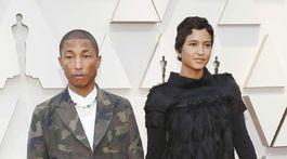 Hudobník a producent Pharrell Williams a jeho manželka Helen Lasichanh. V kreácii Chanel.