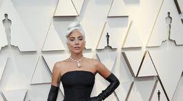 Nominovaná herečka Lady Gaga stavila na model z dielne Alexander McQueen.