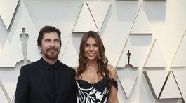 Nominovaný herec Christian Bale a jeho manželka Sibi Blazic.