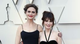 Sestry, herečky Zooey (vpravo) a Emily Deschanel.