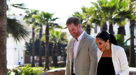 Počas návštevy Andalúzskych záhrad v marockom Rabate vítala manželov Harryho a Meghan dievčina s kvetinkou.