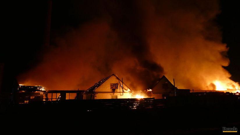 požiar, hasiši, výrobná hala,