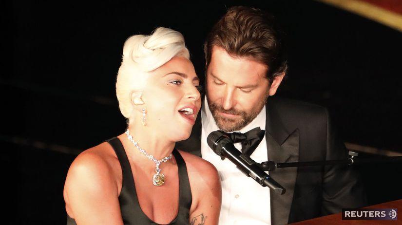 Speváčka Lady Gaga a jej kolega Bradley Cooper...