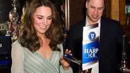 Načapovať pivo od princa či vojvodkyne? V Belfaste si to v rámci svojho programu vyskúšal slávny manželský pár - princ William a jeho manželka Catherine.