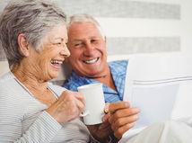 seniori, dôchodcovia, smiech, káva, čaj