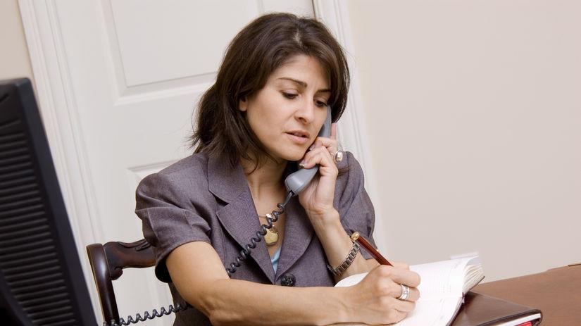 žena, telefón, zápisník