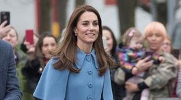 Vojvodkyňa Kate z Cambridge v elegantnom kabáte Mulberry.