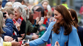 Vojvodkyňa z Cambridge Kate sa objavila v modrom kabáte Mulberry.