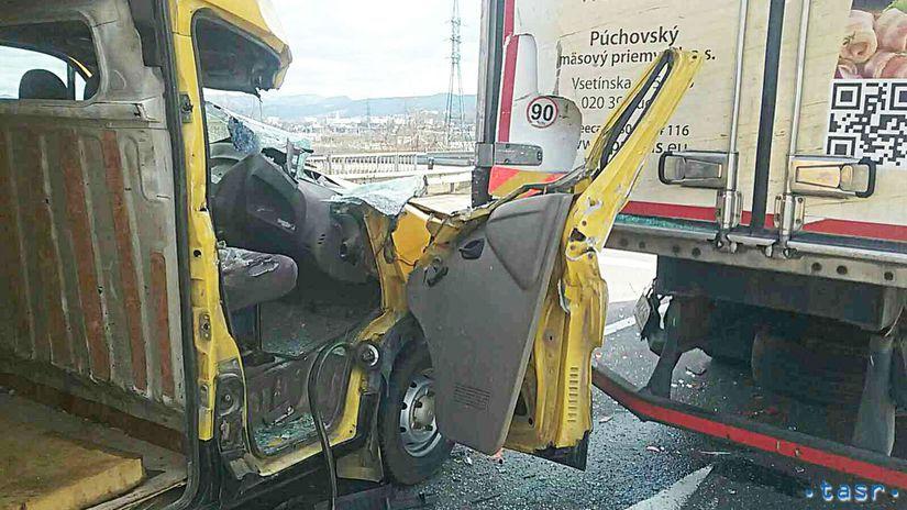 HaZZ nehoda Dubnica zranenie dodávka kamión
