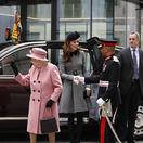 Toto sa ešte nestalo! Vojvodkyňa Kate a kráľovná spolu, mali veľkú premiéru