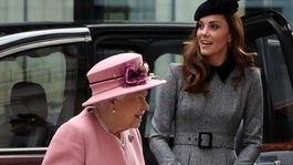 Britská kráľovná Alžbeta II. a za ňou v pozadí vojvodkyňa Kate z Cambridge.