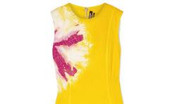 Šaty s detailom batikovaného vzoru značky Calvin Klein. Za 1020 eur predáva Net-a-porter.com.