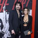 Americký hudobník a zakladateľ skupiny Mötley Crüe Tommy Lee a jeho manželka Brittany Furlan na premiére hudobného filmu The Dirt.