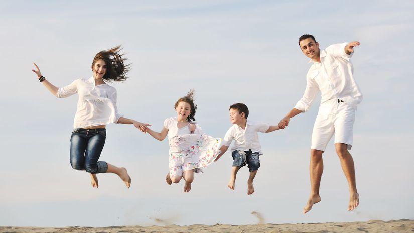 rodina, rodičia, deti, skok, šťastie