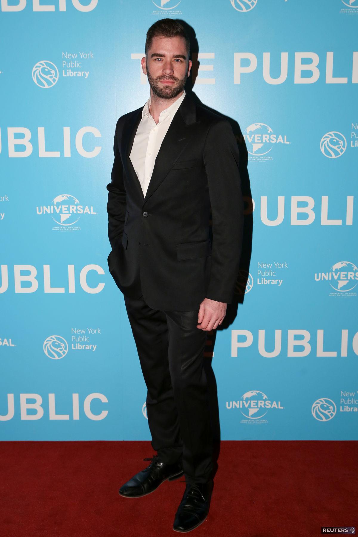Herec Ryan Craven na premiére filmu The Public.