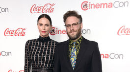 Charlize Theron (v šatách Alexander McQueen) a jej kolega Seth Rogen