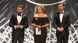 Herečka Zuzana Mauréry s kolegami Róbertom Jakabom (vľavo) a Lukášom Latinákom.
