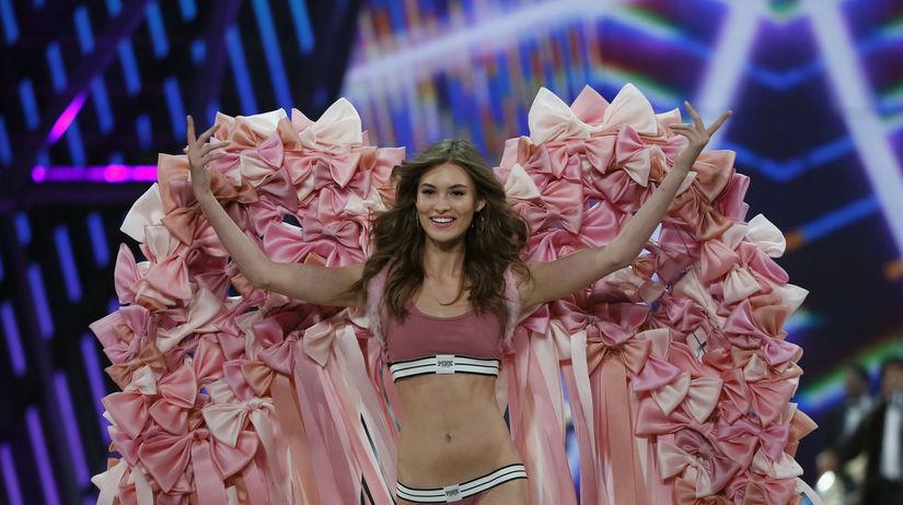 Americká modelka Grace Elizabeth na prehliadke...