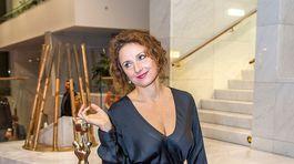 Herečka Zuzana Mauréry so soškou OTO v kategórii najlepšia herečka.
