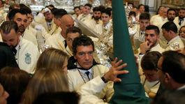 Herec Antonio Banderas sa zúčastnil na ceremoniáli v kostole v Malage počas Kvetnej nedele.