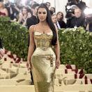 Televízna a internetová osobnosť Kim Kardashian na akcii Metropolitného múzea v New Yorku.