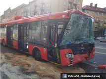 Po zrážke autobusu a trolejbusu v Bratislave hlásia 13 zranených