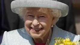 Britská kráľovná Alžbeta II. s úsmevom na veľkonočnej omši vo Windsore.