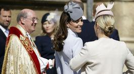 Britská vojvodkyňa Kate (v strede) sa usmieva po boku Zary Tindallovej, sesternice jej manžela Williama.