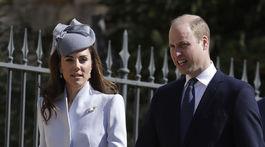 Princ William a jeho manželka Kate prichádzajú na veľkonočnú bohoslužbu.
