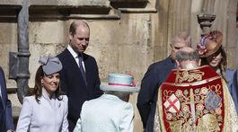 Vojvodkyňa Kate vchádza do kostola na bohoslužbu v spoločnosti kráľovnej Alžbety II.