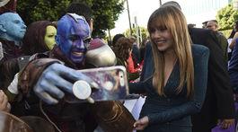 Herečka Elizabeth Olsen rozdáva autogramy a robí si selfie s fanúšikmi na premiére.