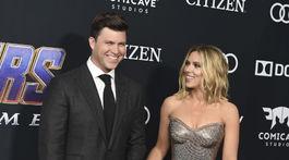 Herečka Scarlett Johansson pútala pozornosť v kreácii Versace. Po jej boku bol partner Colin Jost.