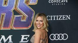 Herečka Scarlett Johansson zvádza v kreácii Versace.
