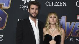Speváčka Miley Cyrus s manželom Liamom Hemsworthom. Obaja v odevoch z dielne Saint Laurent.